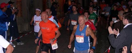 Um 6 Uhr morgens gingen 30 Staffelläufer in Rudolstadt für ihre Teams auf die 120 Kilometer lange Laufreise