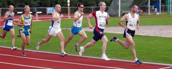 Thomas Biedermann führt das Feld in die letzte Runde des 800-Meter-Finales