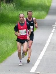 Schneider lief zunächst hinter Detlef Beier, der den Halbmarathon gewann