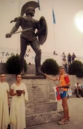 Holger Sakuth am Fuße der Leonidas-Statue nach 245 Laufkilometern