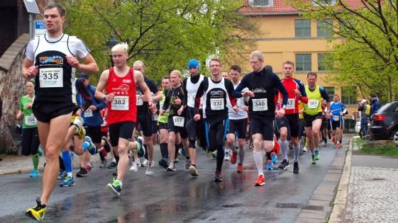 Sieger Marian Münster (li.) beim Start zum Hauptlauf über 10 Kilometer