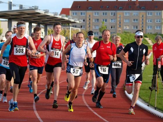 Start zum Stundenlauf, rechts Toni Seckel