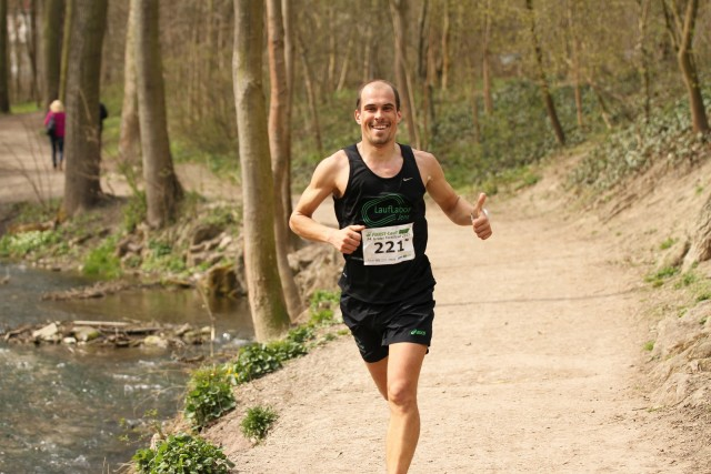 Steffen Tostlebe kann sich bereits einen Kilometer vor dem Ziel über seinen erneuten Erfolg freuen